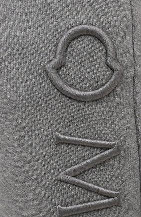 Мужские хлопковые джоггеры MONCLER темно-серого цвета, арт. G1-091-8H730-10-809KR | Фото 5 (Мужское Кросс-КТ: Брюки-трикотаж; Длина (брюки, джинсы): Стандартные; Кросс-КТ: Спорт; Материал внешний: Хлопок; Стили: Спорт-шик; Силуэт М (брюки): Джоггеры)