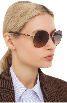 Женские солнцезащитные очки BURBERRY коричневого цвета, арт. 3094-1257G9   Фото 2