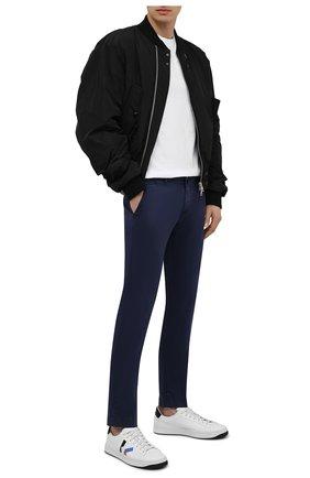 Мужские хлопковые брюки JACOB COHEN синего цвета, арт. B0BBY C0MF 08165-V/55 | Фото 2 (Случай: Повседневный; Длина (брюки, джинсы): Стандартные; Материал внешний: Хлопок; Стили: Кэжуэл; Силуэт М (брюки): Чиносы)