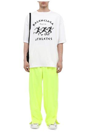 Мужские брюки BALENCIAGA светло-зеленого цвета, арт. 642338/TJ0C1 | Фото 2 (Стили: Спорт-шик; Материал подклада: Синтетический материал; Материал внешний: Синтетический материал; Длина (брюки, джинсы): Стандартные; Случай: Повседневный)