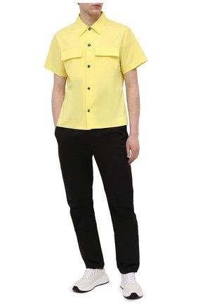 Мужская хлопковая рубашка BOTTEGA VENETA желтого цвета, арт. 652051/VKIX0 | Фото 2 (Длина (для топов): Стандартные; Материал внешний: Хлопок; Рукава: Короткие; Случай: Повседневный; Стили: Минимализм; Принт: Однотонные; Воротник: Кент; Рубашки М: Classic Fit)