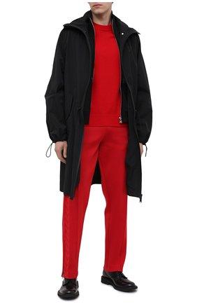 Мужские брюки BOTTEGA VENETA красного цвета, арт. 648998/V0C10 | Фото 2 (Материал внешний: Вискоза, Синтетический материал; Длина (брюки, джинсы): Стандартные; Случай: Повседневный; Стили: Минимализм)