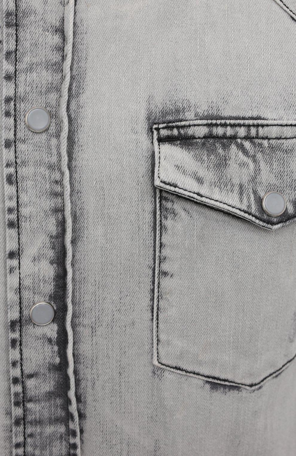 Мужская джинсовая рубашка DOLCE & GABBANA серого цвета, арт. G5EX7D/G8DM1   Фото 5 (Воротник: Кент; Рукава: Длинные; Манжеты: На кнопках; Кросс-КТ: Деним; Случай: Повседневный; Длина (для топов): Стандартные; Стили: Гранж, Кэжуэл; Рубашки М: Slim Fit; Материал внешний: Хлопок, Деним; Принт: Однотонные)
