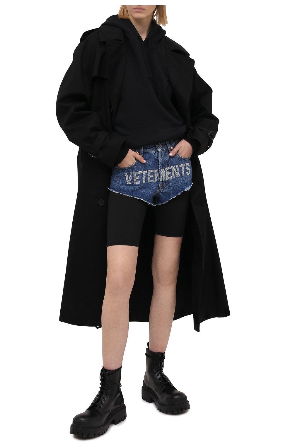 Женские джинсовые шорты VETEMENTS синего цвета, арт. WE51PA310B 2803/BLUE | Фото 2 (Женское Кросс-КТ: Шорты-одежда; Кросс-КТ: Деним; Длина Ж (юбки, платья, шорты): Мини; Стили: Гранж; Материал внешний: Хлопок)