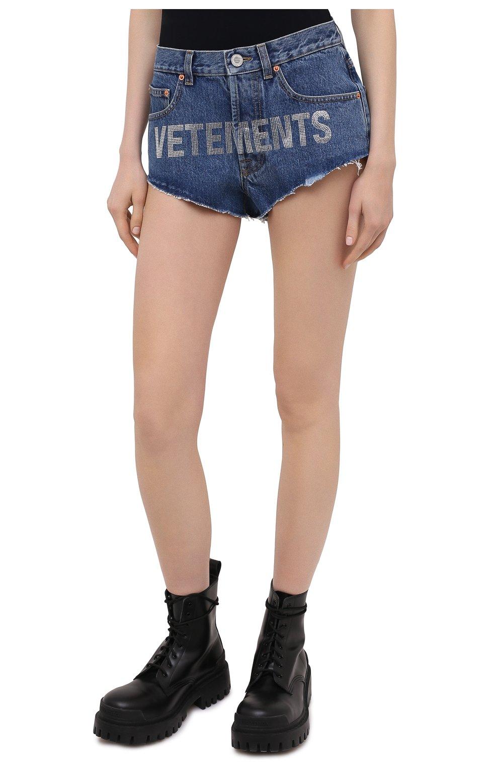 Женские джинсовые шорты VETEMENTS синего цвета, арт. WE51PA310B 2803/BLUE | Фото 3 (Женское Кросс-КТ: Шорты-одежда; Кросс-КТ: Деним; Длина Ж (юбки, платья, шорты): Мини; Стили: Гранж; Материал внешний: Хлопок)