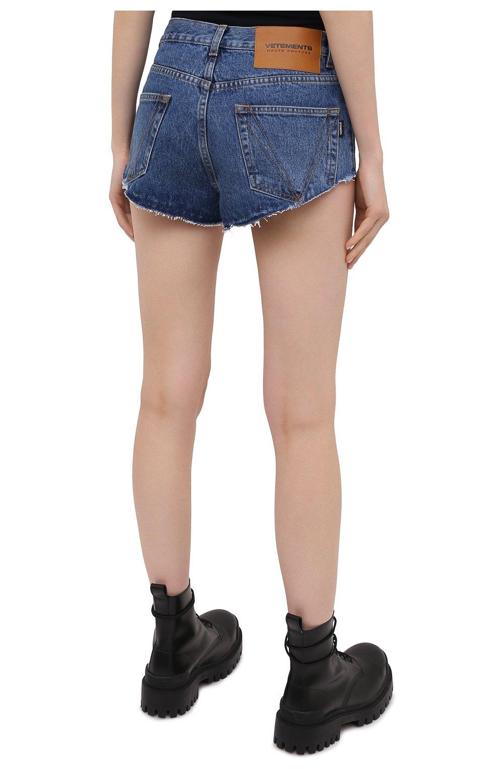 Женские джинсовые шорты VETEMENTS синего цвета, арт. WE51PA310B 2803/BLUE | Фото 4 (Женское Кросс-КТ: Шорты-одежда; Кросс-КТ: Деним; Длина Ж (юбки, платья, шорты): Мини; Стили: Гранж; Материал внешний: Хлопок)