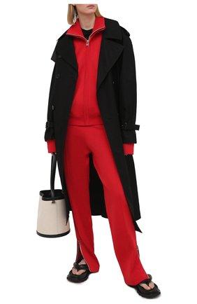 Женские брюки BOTTEGA VENETA красного цвета, арт. 648998/V0C10   Фото 2 (Материал внешний: Вискоза, Синтетический материал; Стили: Спорт-шик; Женское Кросс-КТ: Брюки-одежда; Силуэт Ж (брюки и джинсы): Широкие; Длина (брюки, джинсы): Удлиненные)
