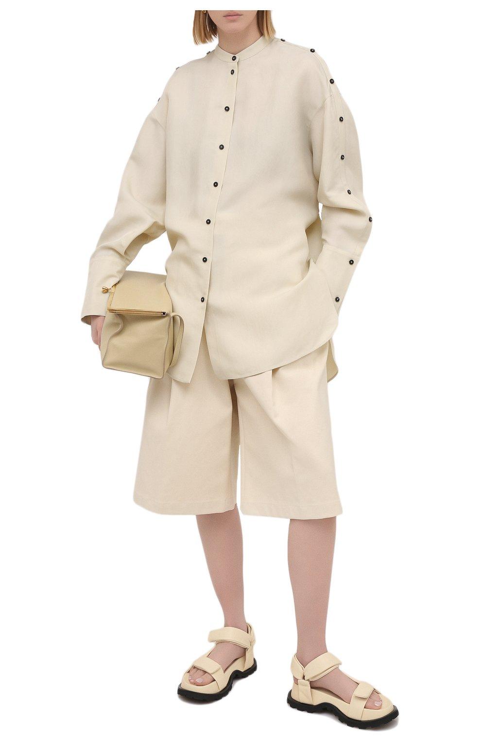 Женские хлопковые шорты BOTTEGA VENETA светло-бежевого цвета, арт. 651652/V0BS0   Фото 2 (Женское Кросс-КТ: Шорты-одежда; Кросс-КТ: Широкие; Материал внешний: Хлопок; Длина Ж (юбки, платья, шорты): До колена; Стили: Минимализм)