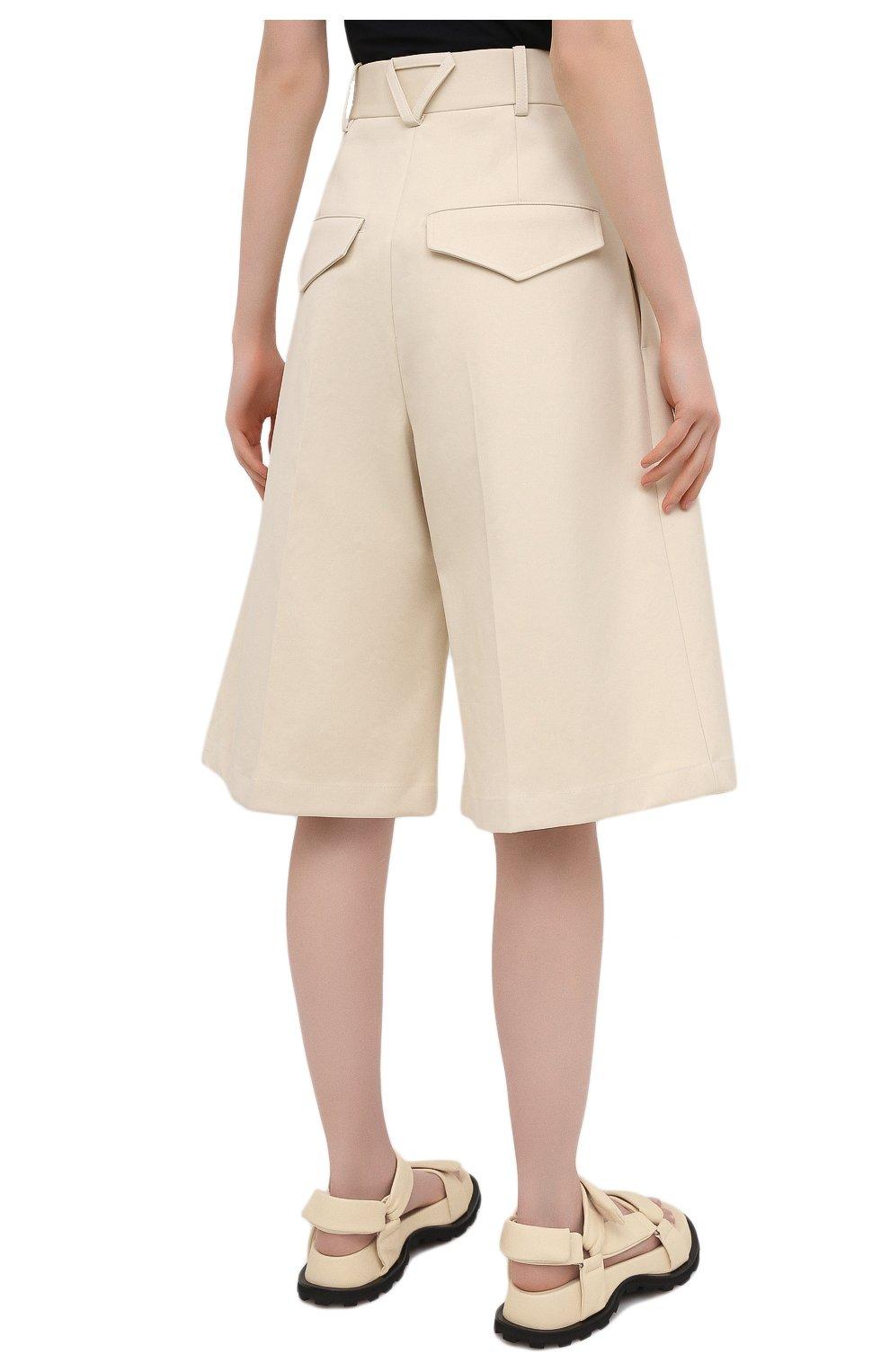 Женские хлопковые шорты BOTTEGA VENETA светло-бежевого цвета, арт. 651652/V0BS0   Фото 4 (Женское Кросс-КТ: Шорты-одежда; Кросс-КТ: Широкие; Материал внешний: Хлопок; Длина Ж (юбки, платья, шорты): До колена; Стили: Минимализм)