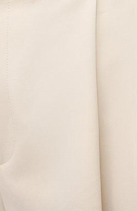 Женские хлопковые шорты BOTTEGA VENETA светло-бежевого цвета, арт. 651652/V0BS0   Фото 5 (Женское Кросс-КТ: Шорты-одежда; Кросс-КТ: Широкие; Материал внешний: Хлопок; Длина Ж (юбки, платья, шорты): До колена; Стили: Минимализм)