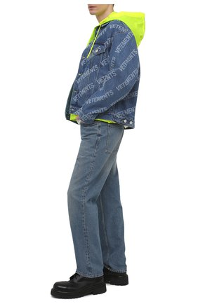 Мужская джинсовая куртка VETEMENTS синего цвета, арт. UE51JA350B 2803/M | Фото 2 (Длина (верхняя одежда): Короткие; Рукава: Длинные; Материал внешний: Хлопок; Кросс-КТ: Куртка, Деним; Стили: Гранж)