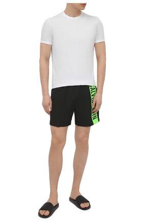Мужские плавки-шорты CALVIN KLEIN черного цвета, арт. KM0KM00542   Фото 2 (Материал внешний: Синтетический материал; Принт: С принтом; Мужское Кросс-КТ: плавки-шорты)