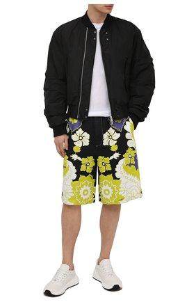 Мужские шорты VALENTINO разноцветного цвета, арт. VV3RDB157AM | Фото 2 (Материал внешний: Растительное волокно; Длина Шорты М: Ниже колена; Мужское Кросс-КТ: Шорты-одежда; Принт: С принтом; Стили: Кэжуэл)