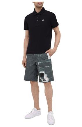 Мужские шорты C.P. COMPANY зеленого цвета, арт. 10CMBE215A-005990P | Фото 2 (Длина Шорты М: До колена, Ниже колена; Материал внешний: Синтетический материал; Принт: С принтом; Мужское Кросс-КТ: Шорты-одежда; Стили: Милитари)