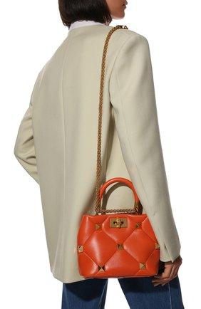 Женская сумка roman stud VALENTINO оранжевого цвета, арт. VW0B0I97/BSF   Фото 2 (Размер: small; Ремень/цепочка: На ремешке; Материал: Натуральная кожа; Сумки-технические: Сумки top-handle, Сумки через плечо)