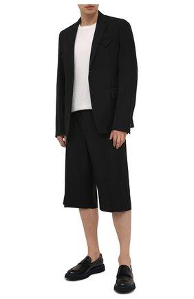 Мужские шерстяные шорты VERSACE черного цвета, арт. A88810/1F01050 | Фото 2 (Материал внешний: Шерсть; Принт: Без принта; Мужское Кросс-КТ: Шорты-одежда; Стили: Кэжуэл; Длина Шорты М: Ниже колена; Материал подклада: Хлопок)