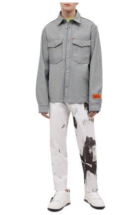 Мужская джинсовая рубашка HERON PRESTON серого цвета, арт. HMYD007S21DEN0024700 | Фото 2 (Материал внешний: Хлопок; Рукава: Длинные; Длина (для топов): Стандартные; Случай: Повседневный; Кросс-КТ: Деним; Стили: Гранж; Манжеты: На пуговицах; Воротник: Кент; Принт: Однотонные)