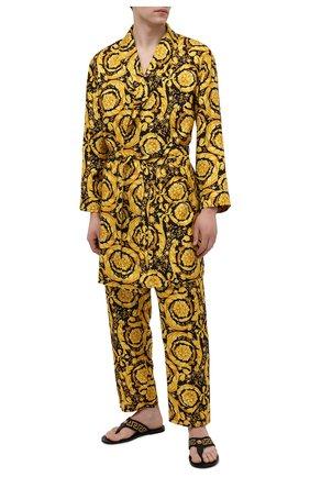 Мужские шелковые домашние брюки VERSACE желтого цвета, арт. AUU05051/A232999 | Фото 2 (Длина (брюки, джинсы): Стандартные; Материал внешний: Шелк; Кросс-КТ: домашняя одежда; Мужское Кросс-КТ: Брюки-белье)