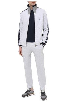 Мужские хлопковые брюки BRUNELLO CUCINELLI серого цвета, арт. M0T353373G | Фото 2 (Материал внешний: Хлопок; Мужское Кросс-КТ: Брюки-трикотаж; Кросс-КТ: Спорт; Длина (брюки, джинсы): Стандартные; Случай: Повседневный; Стили: Спорт-шик)