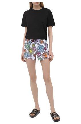 Женские шорты VERSACE разноцветного цвета, арт. ABD40006/1F00636 | Фото 2