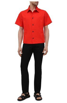 Мужская хлопковая рубашка BOTTEGA VENETA красного цвета, арт. 661550/V0W30 | Фото 2 (Рукава: Короткие; Материал внешний: Хлопок; Длина (для топов): Стандартные; Случай: Повседневный; Воротник: Кент; Стили: Минимализм; Принт: Однотонные)