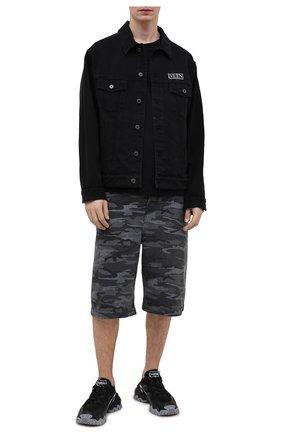 Мужские джинсовые шорты BALENCIAGA серого цвета, арт. 641464/TJW55   Фото 2 (Длина Шорты М: Ниже колена; Материал внешний: Хлопок, Деним; Принт: С принтом; Кросс-КТ: Деним; Стили: Милитари)