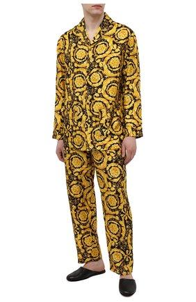 Мужская шелковая сорочка VERSACE желтого цвета, арт. AUU05060/A232999 | Фото 2 (Длина (для топов): Стандартные; Рукава: Длинные; Материал внешний: Шелк; Кросс-КТ: домашняя одежда)