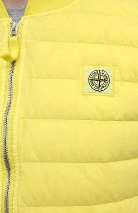 Мужской пуховый жилет STONE ISLAND желтого цвета, арт. 7415G0225 | Фото 5 (Кросс-КТ: Куртка, Пуховик; Материал внешний: Синтетический материал; Стили: Гранж; Материал подклада: Синтетический материал; Длина (верхняя одежда): Короткие; Материал утеплителя: Пух и перо)