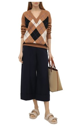Женские хлопковые брюки ALEXANDER MCQUEEN темно-синего цвета, арт. 649847/QFAAH | Фото 2 (Женское Кросс-КТ: Брюки-одежда; Силуэт Ж (брюки и джинсы): Широкие; Длина (брюки, джинсы): Укороченные; Стили: Кэжуэл; Материал внешний: Хлопок)