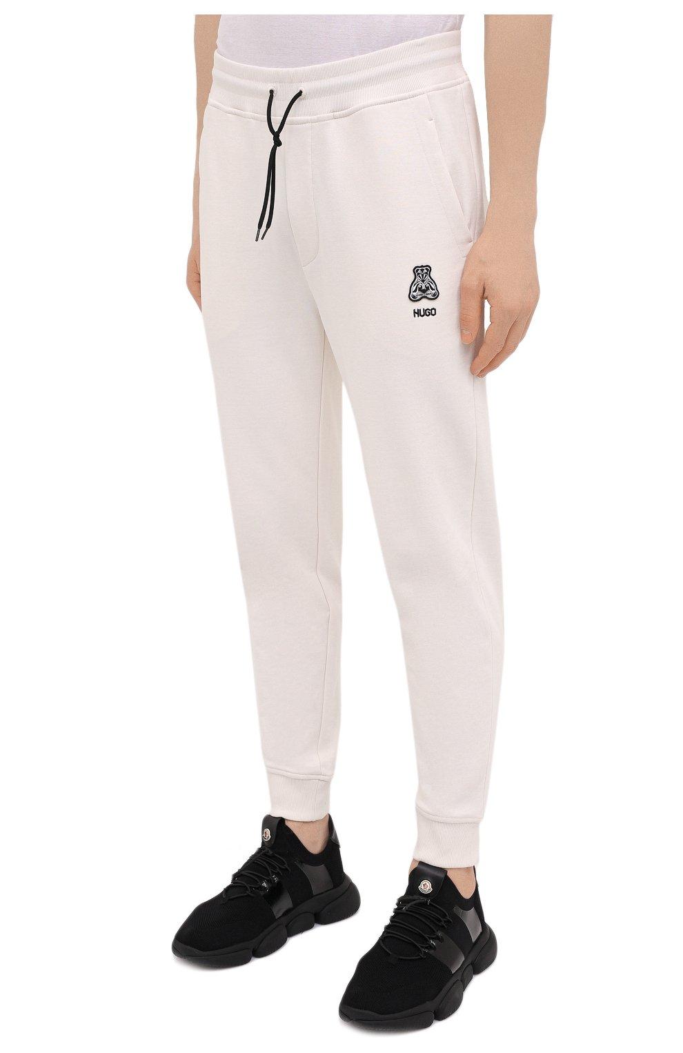 Мужские хлопковые джоггеры HUGO белого цвета, арт. 50452628 | Фото 3 (Мужское Кросс-КТ: Брюки-трикотаж; Длина (брюки, джинсы): Стандартные; Кросс-КТ: Спорт; Материал внешний: Хлопок; Стили: Спорт-шик; Силуэт М (брюки): Джоггеры)