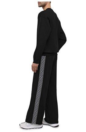 Мужские хлопковые брюки VERSACE черного цвета, арт. A89407/A231242 | Фото 2 (Длина (брюки, джинсы): Стандартные; Материал внешний: Хлопок; Мужское Кросс-КТ: Брюки-трикотаж; Случай: Повседневный; Стили: Спорт-шик)