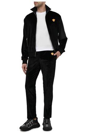 Мужские брюки VERSACE черного цвета, арт. A89409/A234467 | Фото 2