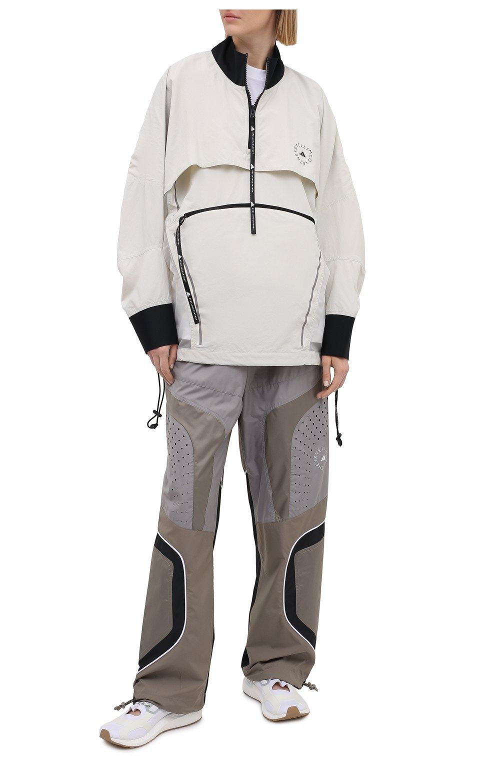 Женская ветровка ADIDAS BY STELLA MCCARTNEY серого цвета, арт. GL7630 | Фото 2 (Кросс-КТ: Куртка, Ветровка; Рукава: Длинные; Женское Кросс-КТ: Куртка-спорт; Материал внешний: Синтетический материал; Стили: Спорт-шик; Длина (верхняя одежда): Короткие)