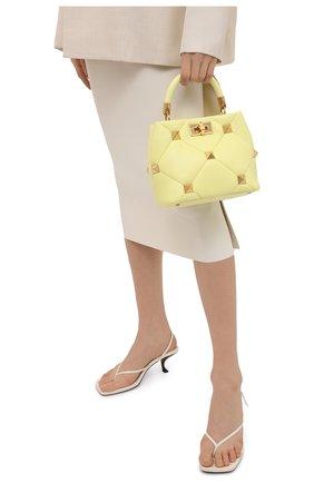 Женская сумка roman stud VALENTINO желтого цвета, арт. VW0B0I97/BSF   Фото 2 (Сумки-технические: Сумки top-handle, Сумки через плечо; Ремень/цепочка: На ремешке; Материал: Натуральная кожа; Размер: small)