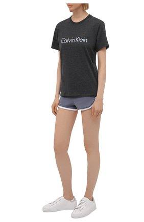 Женская хлопковая футболка CALVIN KLEIN темно-серого цвета, арт. QS6105E | Фото 2