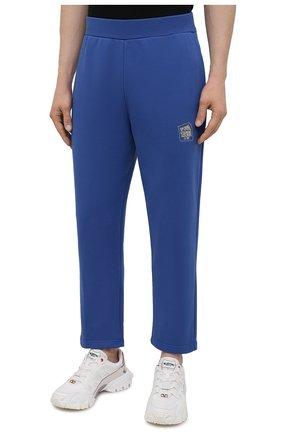 Мужские хлопковые брюки OPENING CEREMONY синего цвета, арт. YMCH003S21FLE002 | Фото 3 (Мужское Кросс-КТ: Брюки-трикотаж; Кросс-КТ: Спорт; Материал внешний: Хлопок; Стили: Спорт-шик; Длина (брюки, джинсы): Укороченные)