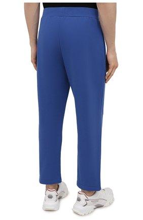 Мужские хлопковые брюки OPENING CEREMONY синего цвета, арт. YMCH003S21FLE002 | Фото 4 (Мужское Кросс-КТ: Брюки-трикотаж; Кросс-КТ: Спорт; Материал внешний: Хлопок; Стили: Спорт-шик; Длина (брюки, джинсы): Укороченные)