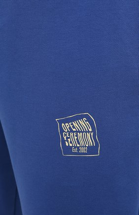 Мужские хлопковые брюки OPENING CEREMONY синего цвета, арт. YMCH003S21FLE002 | Фото 5 (Мужское Кросс-КТ: Брюки-трикотаж; Кросс-КТ: Спорт; Материал внешний: Хлопок; Стили: Спорт-шик; Длина (брюки, джинсы): Укороченные)