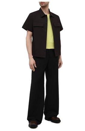 Мужские шерстяные брюки VERSACE черного цвета, арт. A88938/1F01050 | Фото 2 (Стили: Ретро; Случай: Повседневный; Материал подклада: Купро; Материал внешний: Шерсть; Длина (брюки, джинсы): Стандартные)