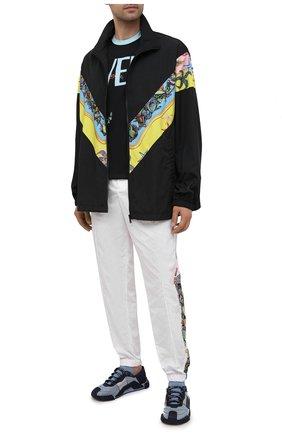 Мужская хлопковая футболка VERSACE черного цвета, арт. A89260/1F01179 | Фото 2 (Материал внешний: Хлопок; Принт: С принтом; Рукава: Короткие; Стили: Кэжуэл; Длина (для топов): Стандартные)