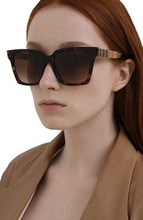 Женские солнцезащитные очки BURBERRY коричневого цвета, арт. 4335-393013   Фото 2