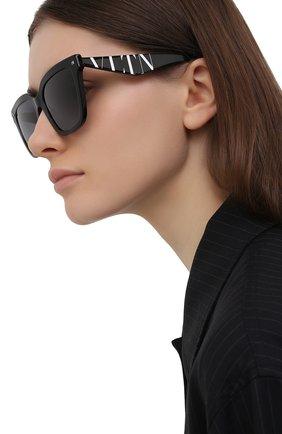 Женские солнцезащитные очки VALENTINO черного цвета, арт. 4084-5001T3 | Фото 2 (Тип очков: С/з; Оптика Гендер: оптика-женское; Очки форма: Прямоугольные)