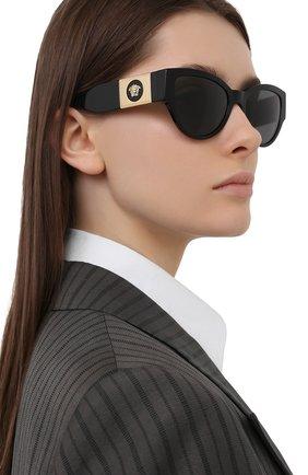 Женские солнцезащитные очки VERSACE черного цвета, арт. 4398-GB1/87 | Фото 2