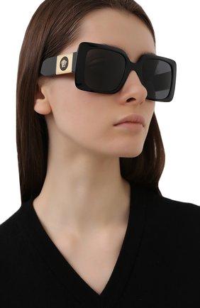 Женские солнцезащитные очки VERSACE черного цвета, арт. 4405-GB1/87 | Фото 2