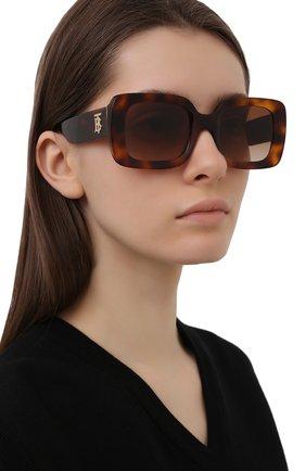 Женские солнцезащитные очки BURBERRY коричневого цвета, арт. 4327-331613   Фото 2 (Тип очков: С/з; Очки форма: Прямоугольные, Квадратные; Оптика Гендер: оптика-женское)