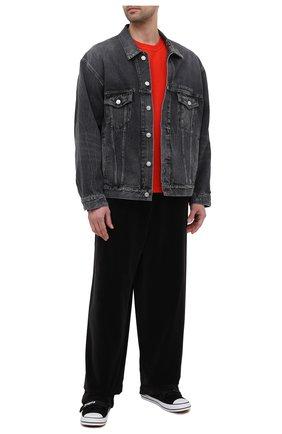 Мужская джинсовая куртка BALENCIAGA темно-серого цвета, арт. 657607/TBP47 | Фото 2 (Материал внешний: Хлопок; Длина (верхняя одежда): Короткие; Рукава: Длинные; Кросс-КТ: Куртка, Деним; Стили: Гранж)