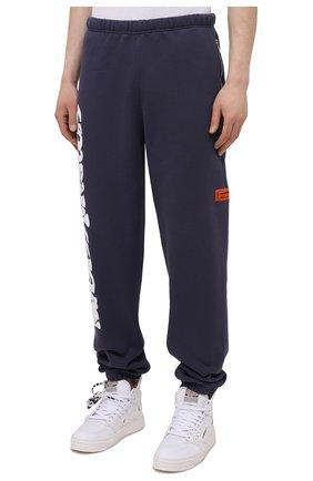 Мужские хлопковые джоггеры HERON PRESTON синего цвета, арт. HMCH014S21JER0010701 | Фото 3 (Мужское Кросс-КТ: Брюки-трикотаж, Джоггеры-одежда; Длина (брюки, джинсы): Стандартные; Материал внешний: Хлопок; Стили: Спорт-шик; Силуэт М (брюки): Джоггеры)