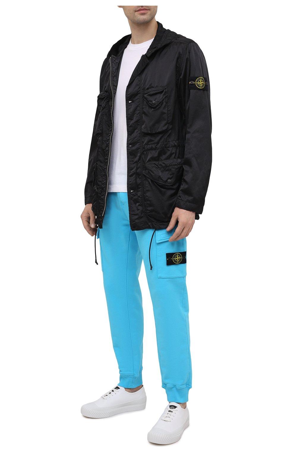 Мужские хлопковые джоггеры STONE ISLAND бирюзового цвета, арт. 741565251   Фото 2 (Мужское Кросс-КТ: Брюки-трикотаж; Длина (брюки, джинсы): Стандартные; Материал внешний: Хлопок; Стили: Спорт-шик; Силуэт М (брюки): Джоггеры)