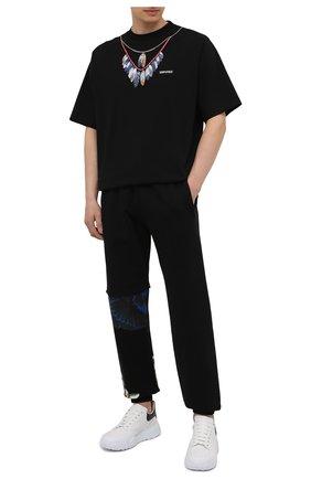 Мужские хлопковые джоггеры MARCELO BURLON черного цвета, арт. CMCH028S21FLE001 | Фото 2 (Силуэт М (брюки): Джоггеры; Длина (брюки, джинсы): Стандартные; Мужское Кросс-КТ: Брюки-трикотаж; Материал внешний: Хлопок; Стили: Спорт-шик)