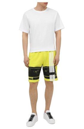 Мужские хлопковые шорты STONE ISLAND светло-зеленого цвета, арт. 741566596 | Фото 2 (Кросс-КТ: Трикотаж; Стили: Спорт-шик; Принт: С принтом; Материал внешний: Хлопок; Длина Шорты М: До колена)